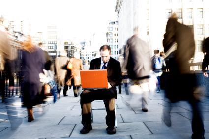 homme_ordinateur_ville
