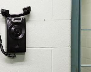 Autorisation du téléphone portable en prison : le débat politique doit être lancé