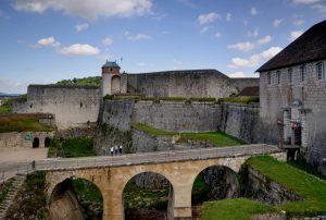 L'interdiction de marcher pieds nus dans la citadelle de Besançon confirmée par le tribunal administratif