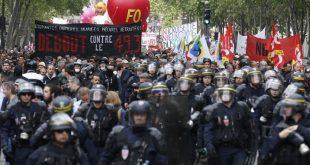 Les-CRS-marchent-devant-manifestation-syndicats-contre-utilisation-49-3-premier-ministre-Manuel-Valls-17-2016_0_730_486