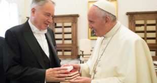 S.E.M. Philippe Zeller avec le Pape François lors de la remise des Lettres de créance