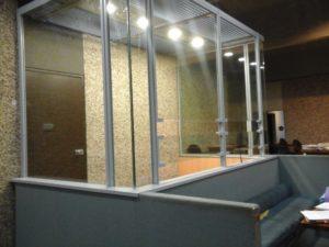 La généralisation des cages de verre dans les tribunaux : les avocats se mobilisent